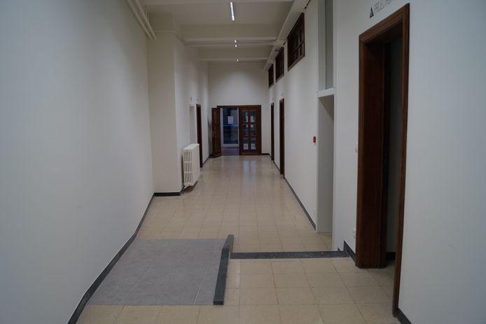 De centrale gang op de benedenverdieping leent zich prima tot exposities. Opvallend is ook het hellende vlak dat met het oog op rolstoelgebruikers aangelegd werd door de technische dienst van de stad.