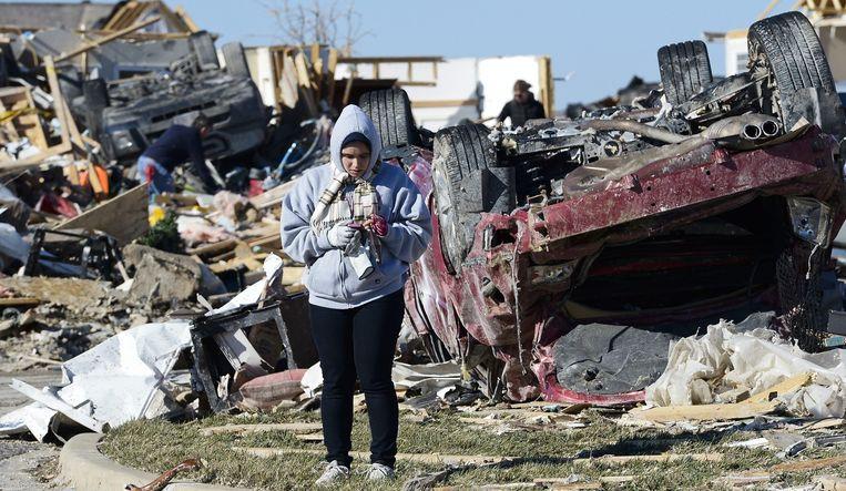 Een vrouw staat in een door een tornado verwoest gebied in Washington, Illinois, USA, 18 november 2013. Beeld anp