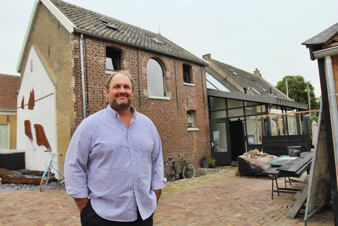 Coerd de Heer op het terrein Menheerse Werf in Middelharnis, voor het oude pekelpakhuis, waarin hij hij studio heeft gemaakt.