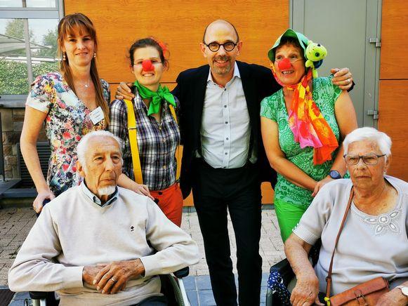 Schepen voor senioren Piet De Bruyn samen met de demiclowns op de kermis van Rotselaar