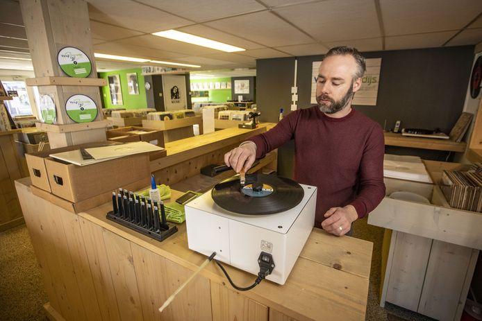 Bart Haselbekke van het Vinylparadijs reinigt elke binnengekomen tweedehands plaat op een speciale platenwasser.