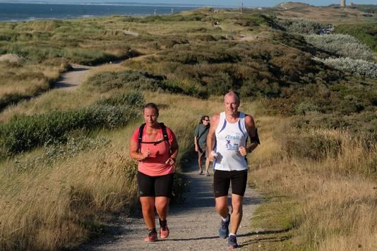 Esther van der Heijden is heel veel afgevallen om de Kustmarathon te kunnen lopen. Hier traint ze met Henk Kortlever.