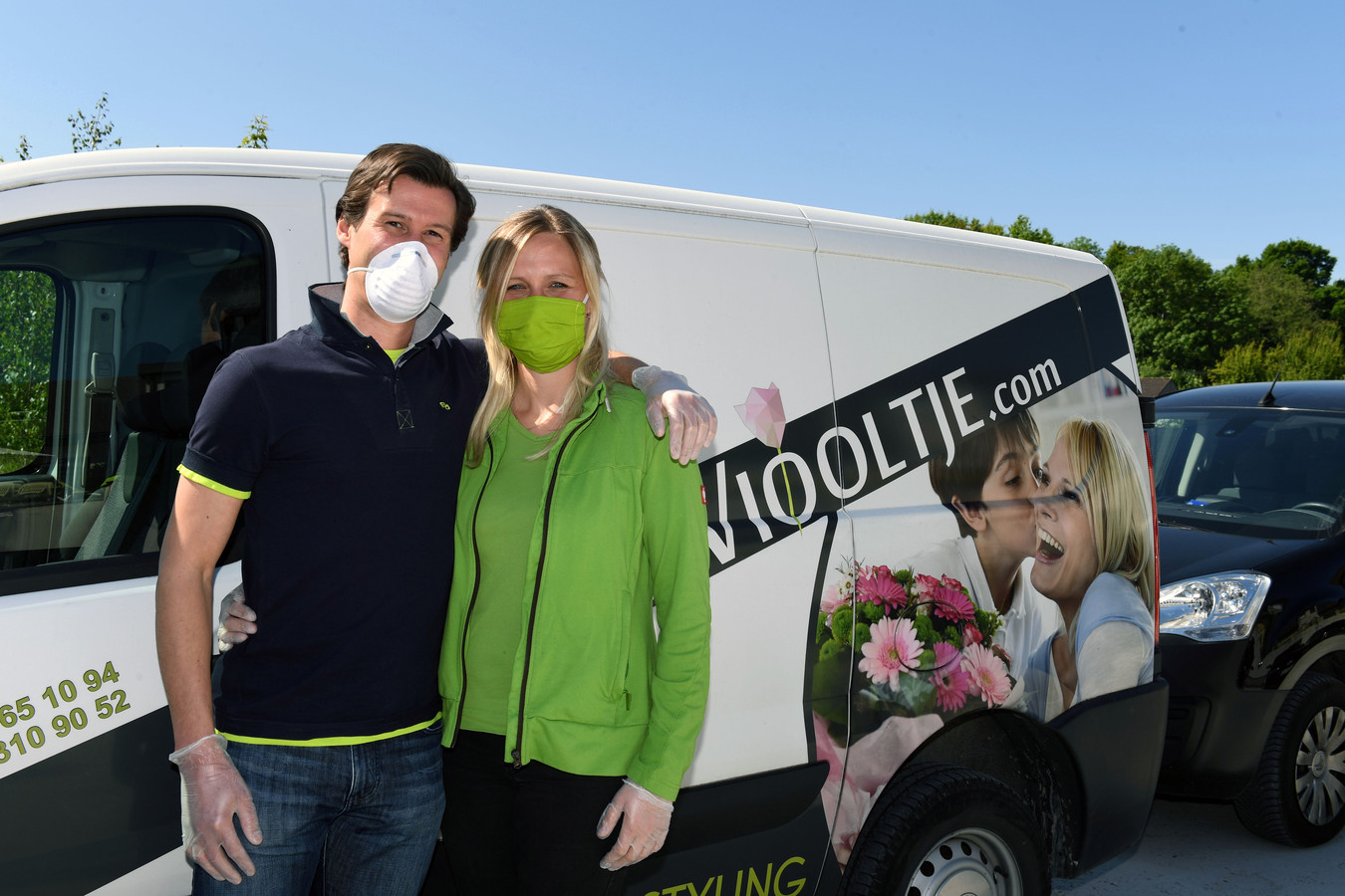 Kim De Vleeschouwer en zijn vrouw Natacha Soetaert van Het Viooltje zijn tevreden dat drie handelaars hen zondag helpen om de Moederdagboeketten te verdelen.