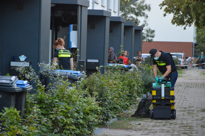 Politie aan het werk tijdens de inval in Arnhem.