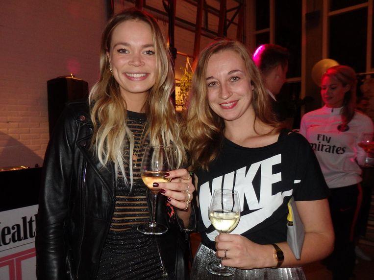 Genomineerde Jet van Nieuwkerk (l): 'Zie je!? We drinken witte wijn.' Met Rosanne Thesing (Nike). Beeld Schuim