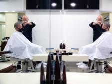Knippen mag weer, Geert is de eerste klant bij zijn kapper Theo: 'Dat werd wel tijd, hé?'