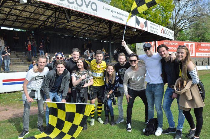 Jelle van Kruijssen met vrienden en familie na de kampioenswedstrijd van Berchem Sport in 2017.