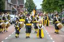 Het gilde uit Oeffelt loopt door de straten in Liessel bij een gildefeest.
