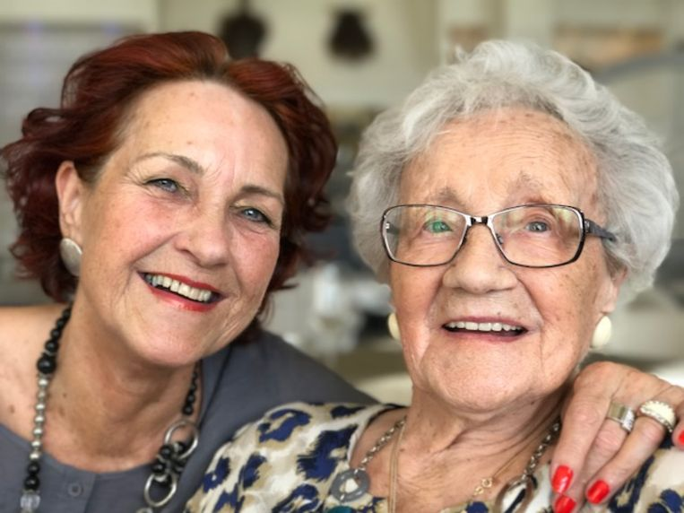 Carla Verbeek met haar moeder Jacoba. Beeld Carla Verbeek