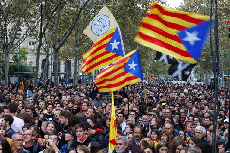 Duizenden Catalanen kwamen deze avond bij elkaar in Barcelona. Beeld REUTERS