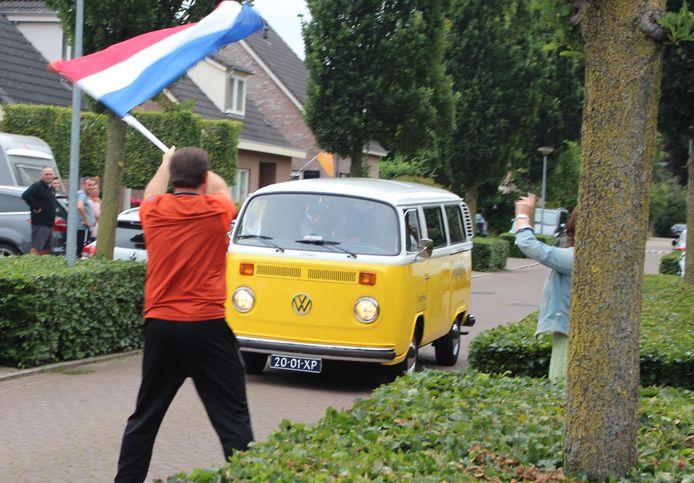Met een busje vol schoolverlaters door Maren-Kessel.