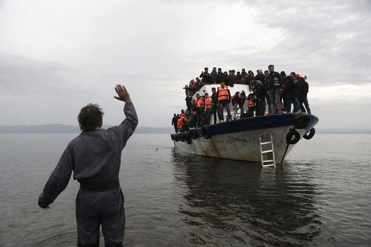 Een vluchtelingenboot arriveert in Lesbos. Beeld epa