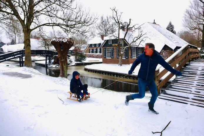 De sneeuw heeft Giethoorn nog sfeervoller gemaakt dan het plaatsje al is. Er was zondagochtend vrijwel niemand te bekennen. De vader en zoon maakten er snel gebruik van. Zij hadden alle ruimte voor een lekker tochtje met de slee.