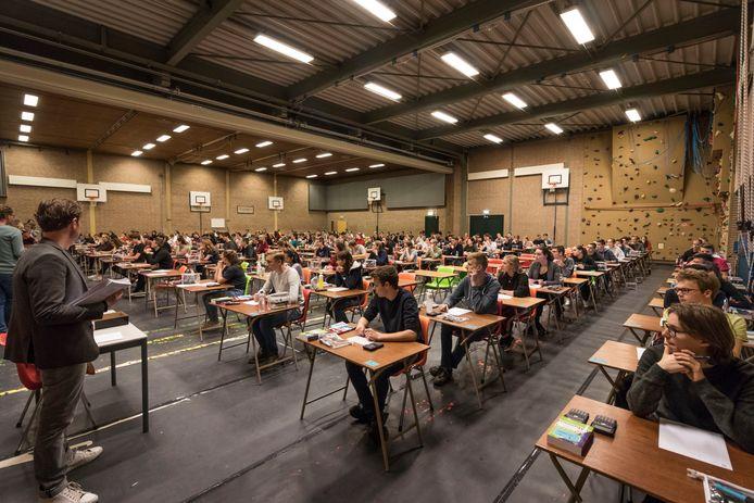 Centraal schriftelijk examen in de gymzaal van het Rythovius College in Eersel in 2019.