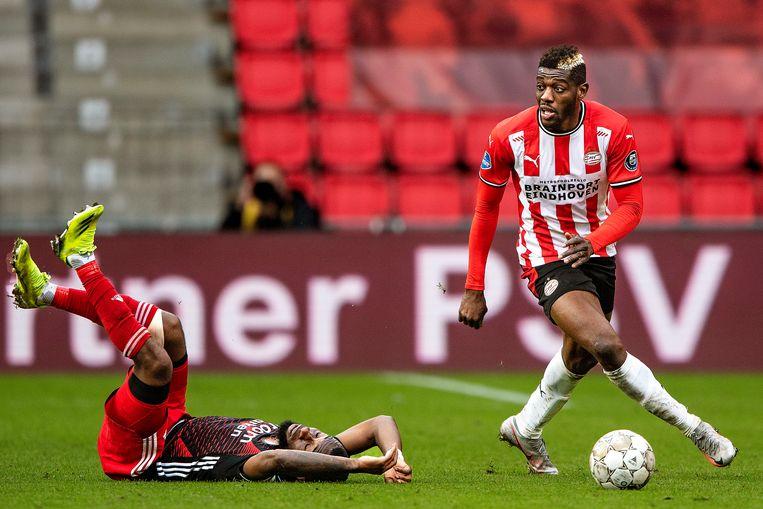 Ibrahim Sangare wil er met de bal van door, maar Lutsharel Geertruida ligt aangeslagen op het veld uit een ander duel.  Beeld Guus Dubbelman / de Volkskrant