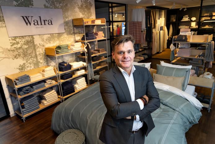 Vespo-directeur Ed Veelenturf bij de nieuwe collectie van Walra van gerecycled katoen.