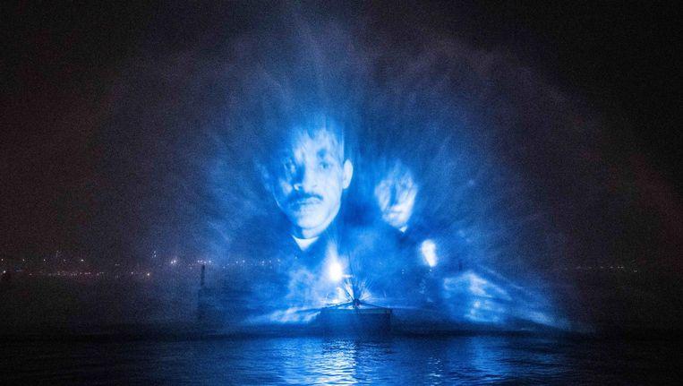 De waterprojectie van Bright was donderdagavond te zien op het IJ. Beeld Netflix