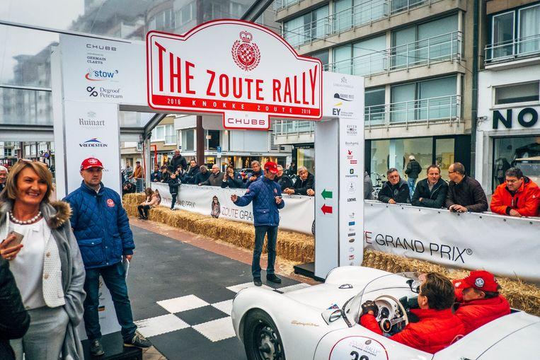 De start van de Rally op de dijk van Knokke. De grote automerken willen dit evenement niet missen. Beeld Stefaan Temmerman