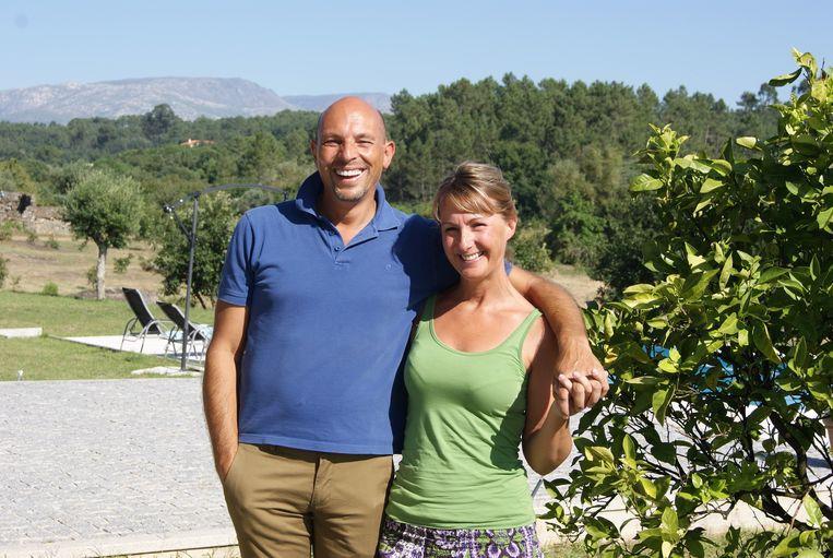 Paul en Hilde in de tuin van hun villa in Portugal.