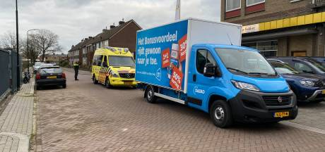 Snorfietser botst met bestelbus in Apeldoorn: gewond naar ziekenhuis