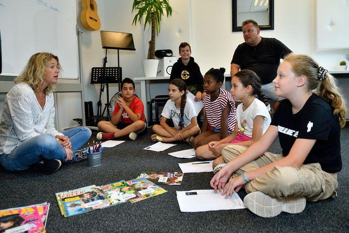 Ingrid van de Groep (links) spijkert samen met Maarten Tromp (rechtsachter) de kennis van de kinderen bij.
