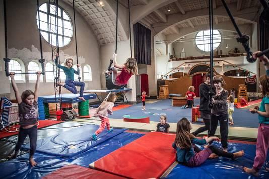 Nu nog in de kerk, maar tijdens de verbouwing verhuist de circusschool een jaar naar de Moutstraat.