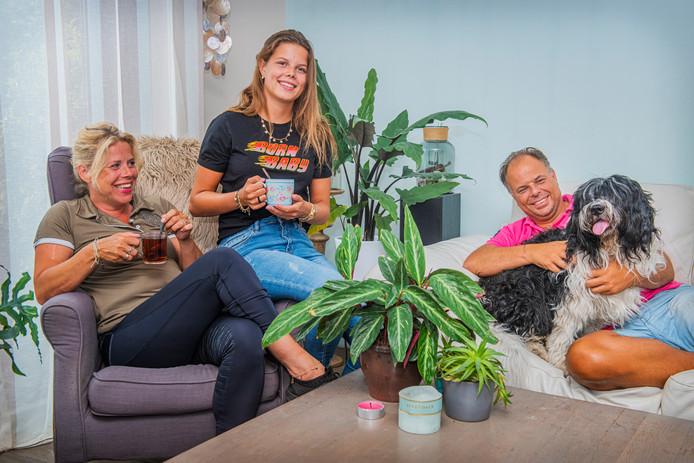Zara met vader, moeder en hond Puck. ,,Die houdt de hele familie bij elkaar.''