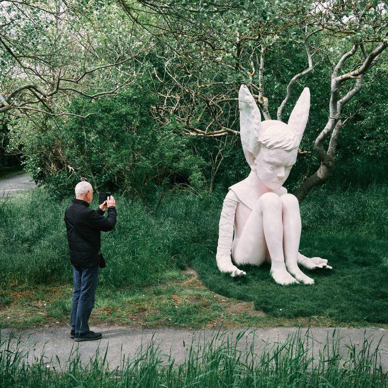 Bezoeker bij een Beaufort-kunstwerk. Beeld Thomas Sweertvaegher