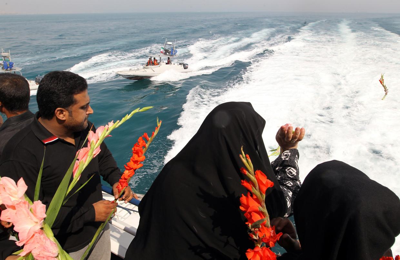 Iraniërs gooien in 2012 bloemen in de zee, 24 jaar na de vliegramp met Iran Air vlucht 655. Beeld AFP