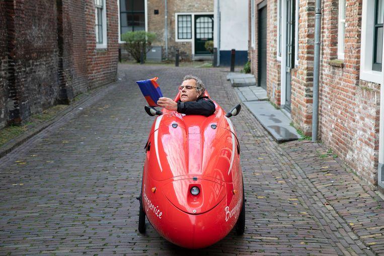 Boekhandelaar Jan de Vlieger tijdens zijn bezorgronde. Beeld Ton Toemen