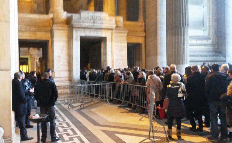 Lange wachtrijen aan het Brusselse justitiepaleis. Beeld BELGA