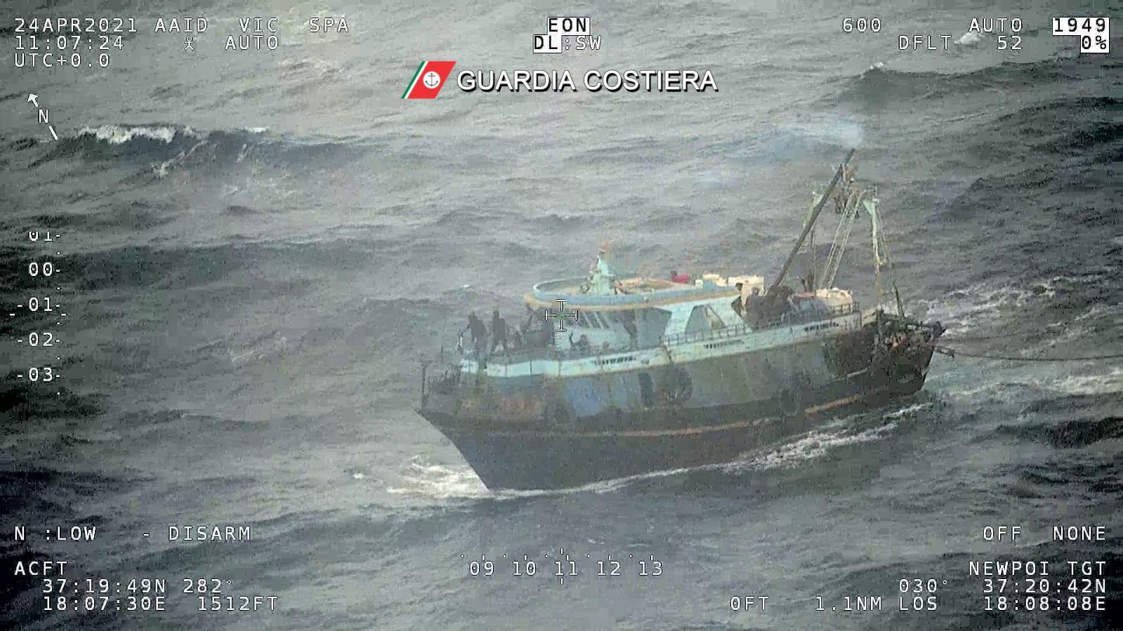 Une embarcation au large des côtes italiennes avec une centaine de migrants à bord, 24 avril 2021