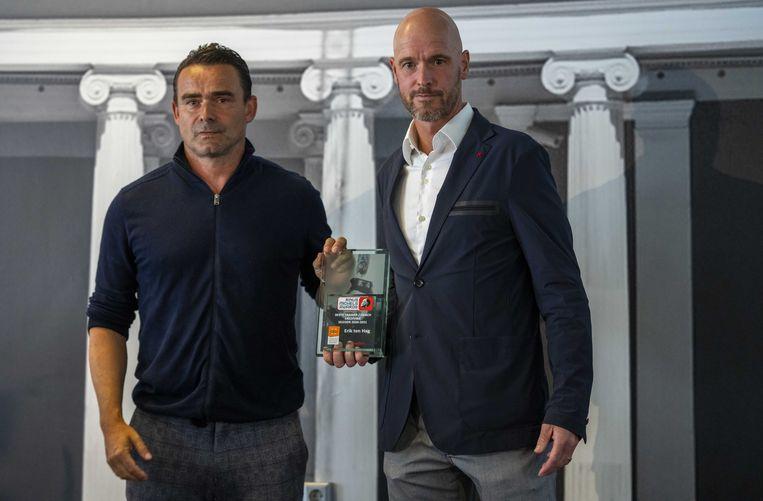Ajax trainer Erik ten Hag krijgt uit handen van Marc Overmars de Rinus Michels Award voor beste trainer uit de eredivisie tijdens de uitreiking van de Rinus Michel Awards in hotel De Bilderberg te Oosterbeek. Beeld ANP