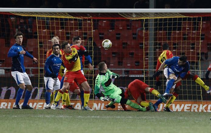 Drukte voor de goal tijdens Ga Eagles tegen Helmond Sport. Foto Ab Hakeboom