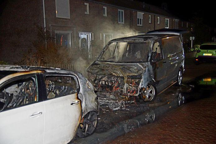Twee auto's gaan in vlammen op in de Sprang-Capelle.