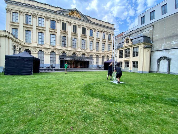 De binnentuin van het Hotel d'Hane Steenhuyse wordt klaargemaakt voor de Paleisconcerten