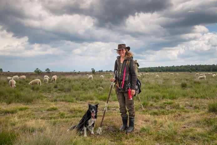 Schaapherder Daphne van Zomeren met haar hond Jan.