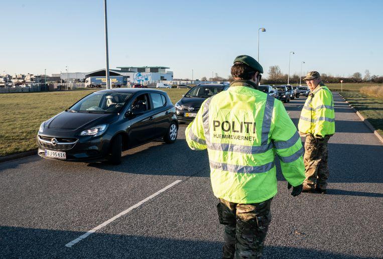 Mensen wachten in hun auto bij een recyclingplaats nadat ze net weer geopend zijn. Beeld EPA