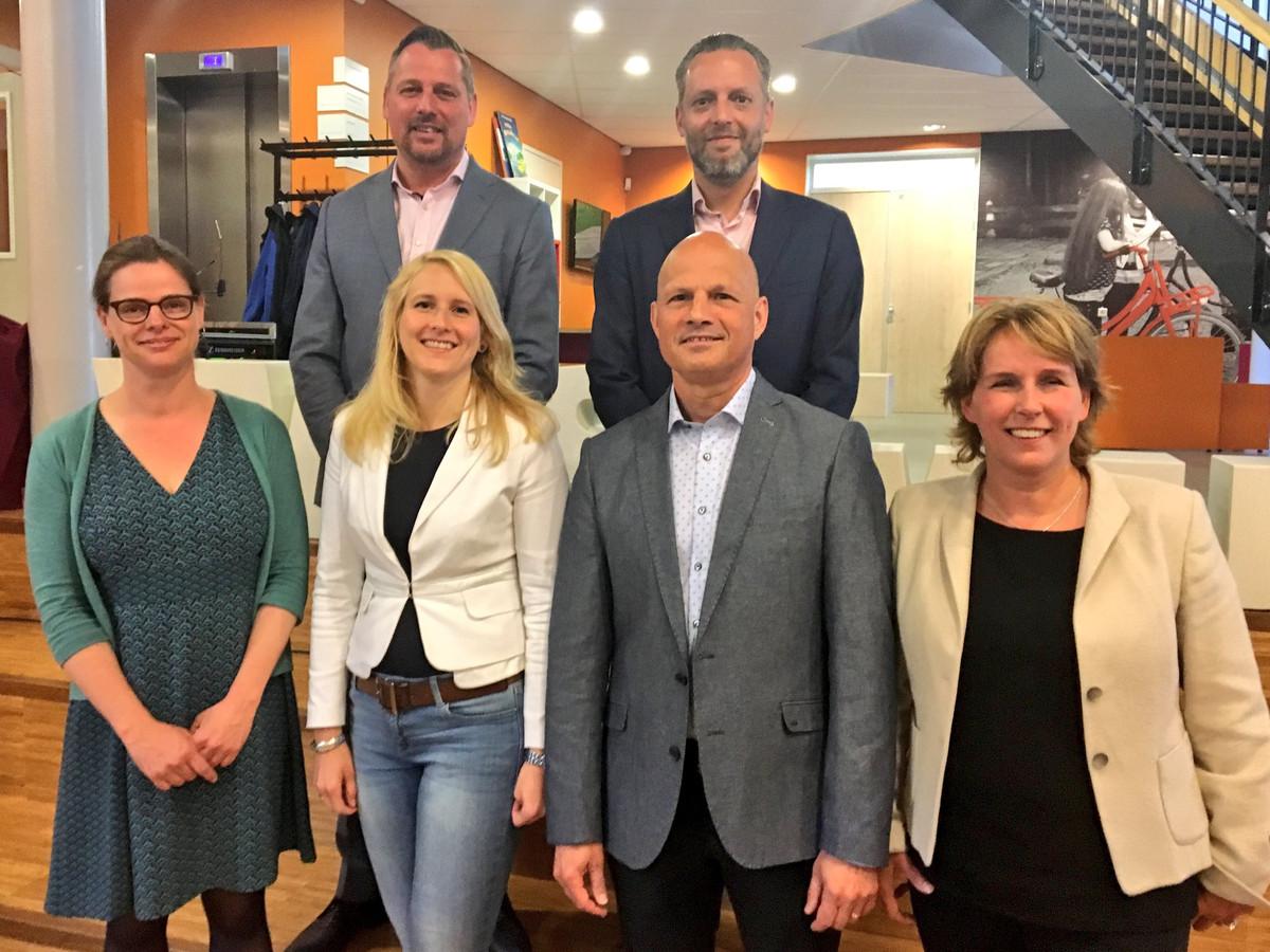 Bovenste rij: Jos van Bree, Erik de Vries. Onderste rij: Cathalijne Dortmans ,Gaby van den Waartdenburg, Harrie van Dijk, Antoinette Maas