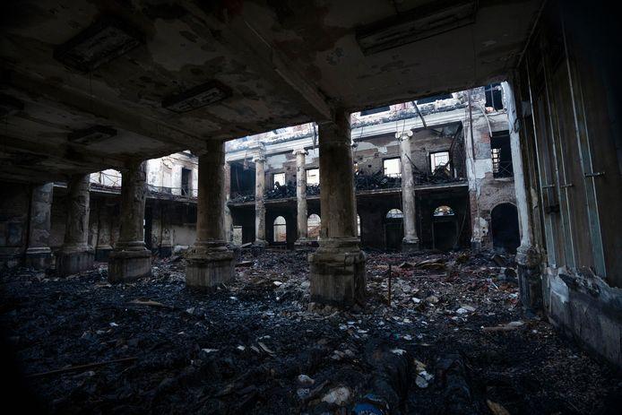 De overblijfselen van de vernielde bibliotheek van de universiteit.