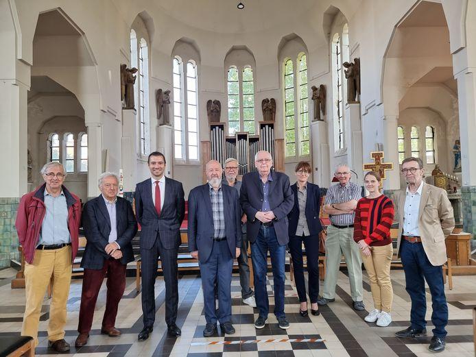 Het stadsbestuur en de leden van de kerkfabriek in de Sint-Rochuskerk die nu ook binnen gerestaureerd wordt.