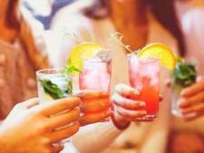 Een glas water, koude cola of een warme kop thee? Welk drankje lest de dorst het best?