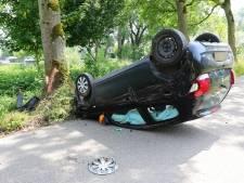Bestuurder knalt met auto tegen boom en vliegt over de kop in Lithoijen