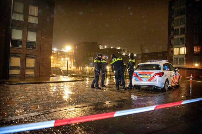 Politie op de plek waar een man is neergeschoten op IJburg. Het slachtoffer blijkt de 43-jarige oud-profvoetballer Yassine Abdellaoui uit Amsterdam te zijn.