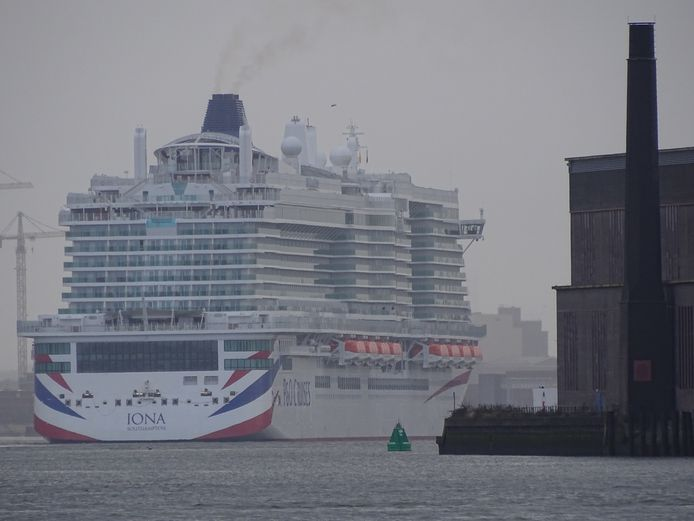 Cruiseschip Ms Iona onderweg naar Rotterdam.