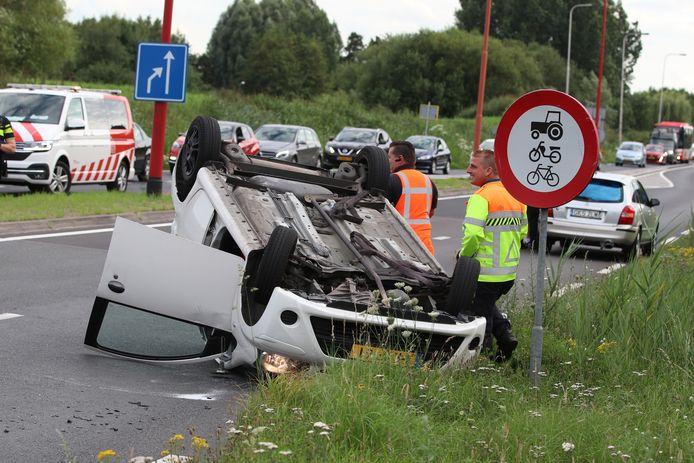 De auto ligt ondersteboven in Veenendaal.