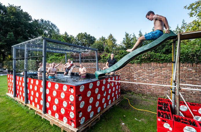 Een vriendengroep uit Westerhoven ging creatief aan de slag met 250 lege bierkratten.