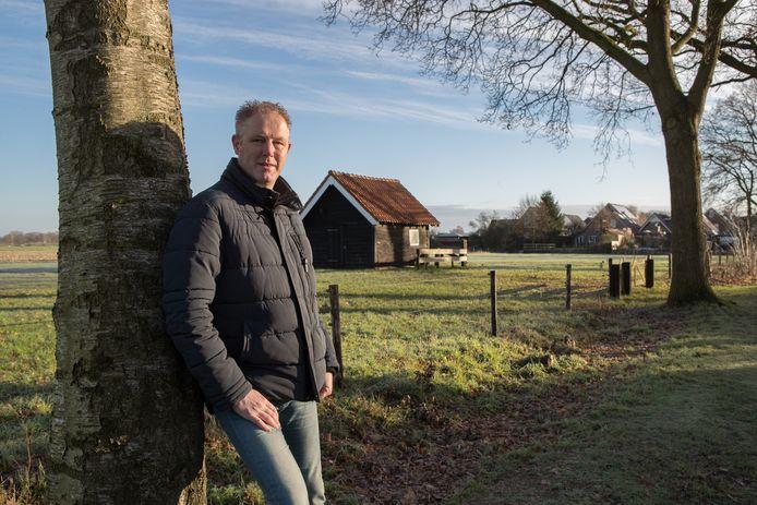 Vertrekkend voorzitter John Disselhorst (48) bij de plek waar dertig nieuwbouwwoningen kunnen komen.
