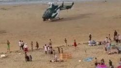Strijd om meisje ontaardt in gigantisch strandgevecht tussen 50 jongeren