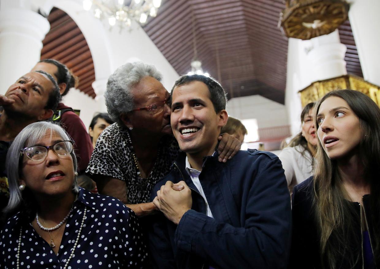 Zelfbenoemd interim-president Juan Guaído eerder vandaag tijdens een mis in Caracas. Beeld REUTERS